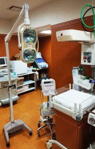移動照明、インファントーマ、奥に動脈血ガス分析